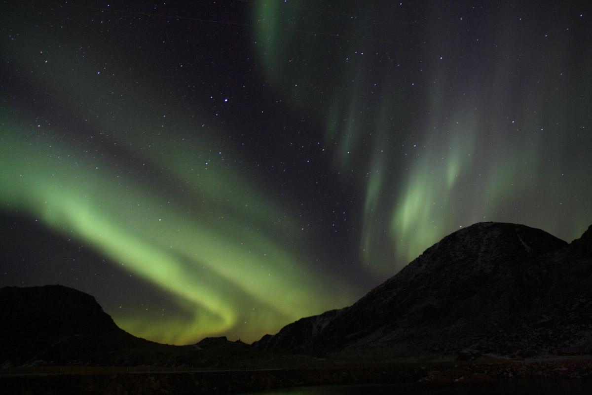 Trolske silhuetter mot nordlyset © Cecilie Eckert