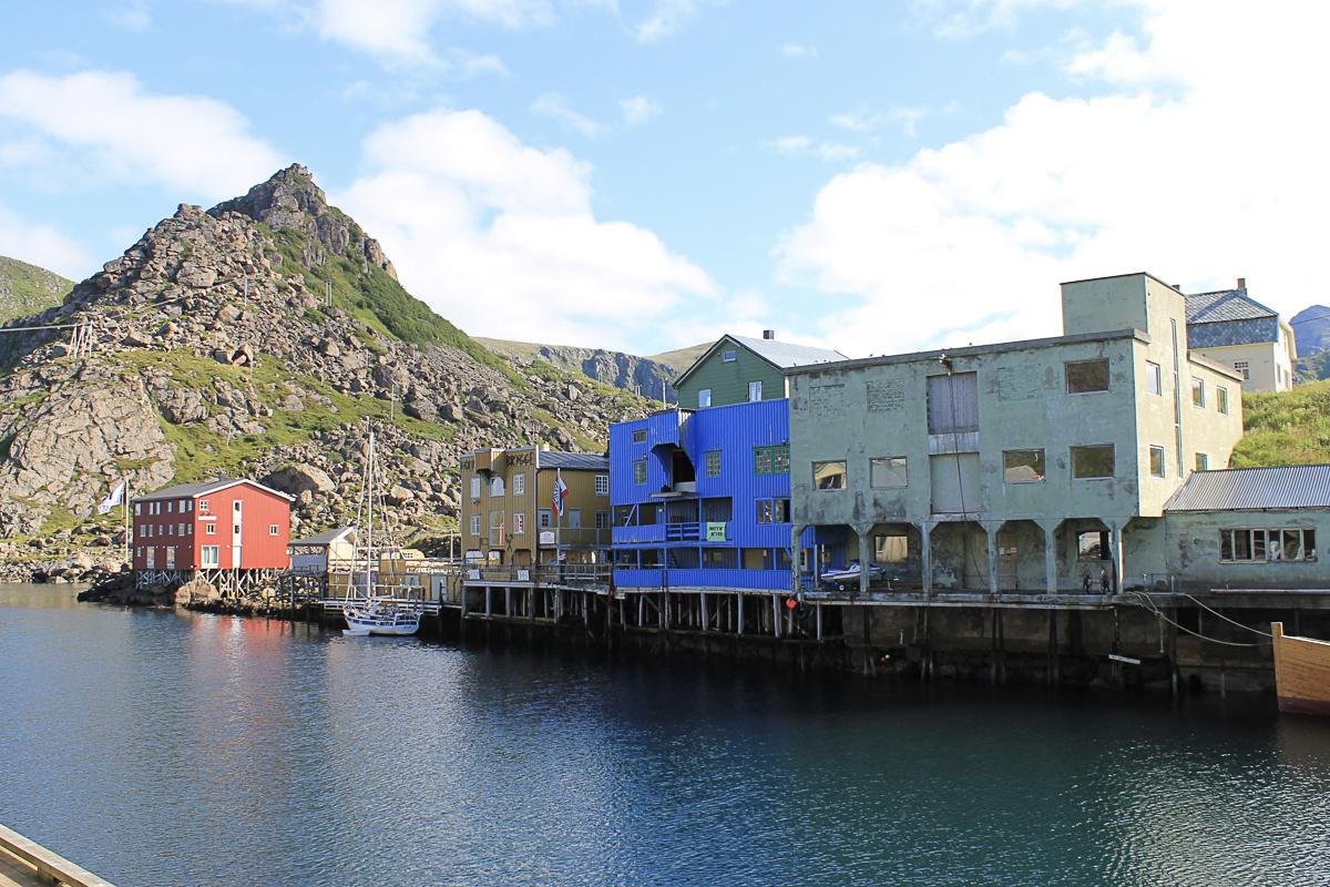 Brygger av betong, beregnet på stordrift. En gang var Nyksund noe av det mest moderne som fantes på kysten © Vesterålen Reiseliv