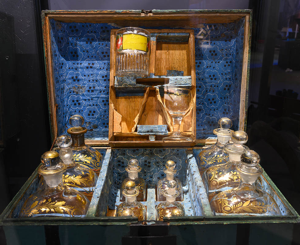 A trunk acting as a bar, with precious bottles inside. © Ernst Furuhatt Jekt Trade Museum in Bodø