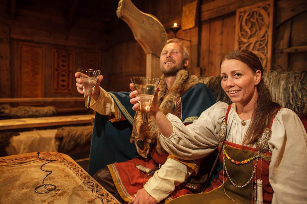 På Lofotr møter du vikingene i deres egne drakter © Kjell Ove Storvik