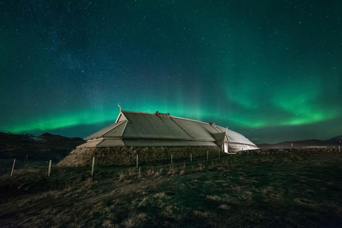 Lofotr Vikingmuseum i nordlyset © Steven Henriksen