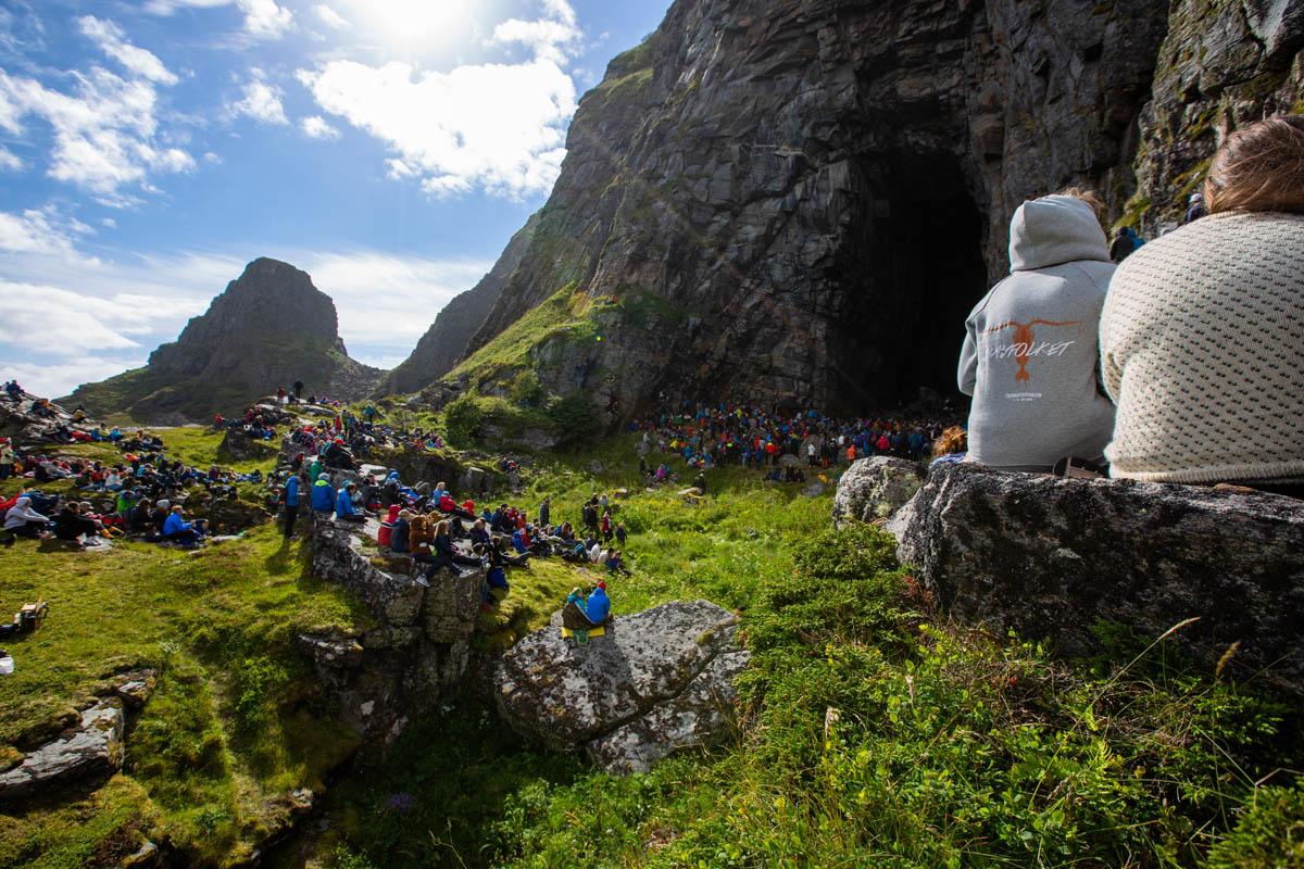 Hvert år er det en konsert i Kirkehelleren på naboøya under Trænafestivalen © Mats Hoel Johannessen