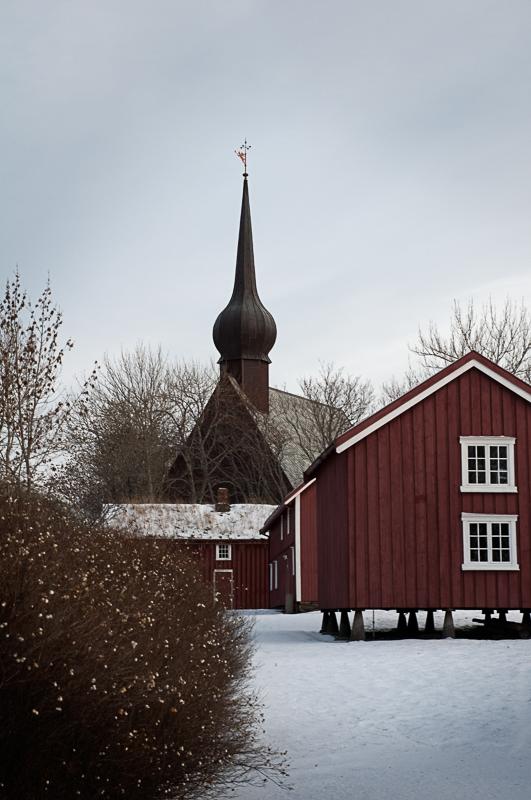 Kirken ruver over den gamle prestegården © Petter Dass-museet