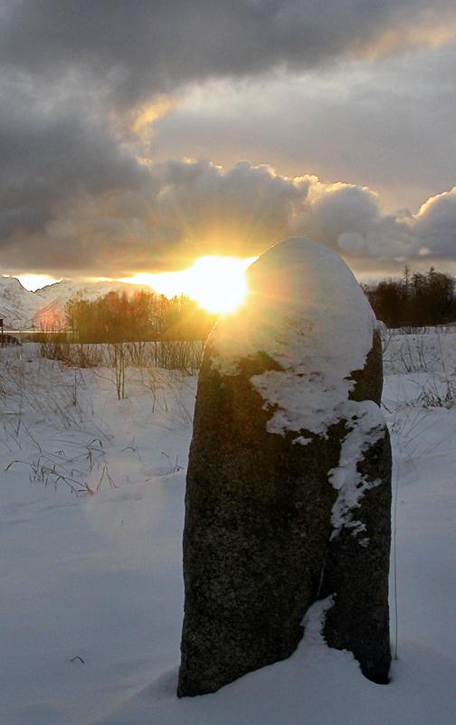 Toppen av den 1500 år gamle bautan lyses opp © Hans Bakken