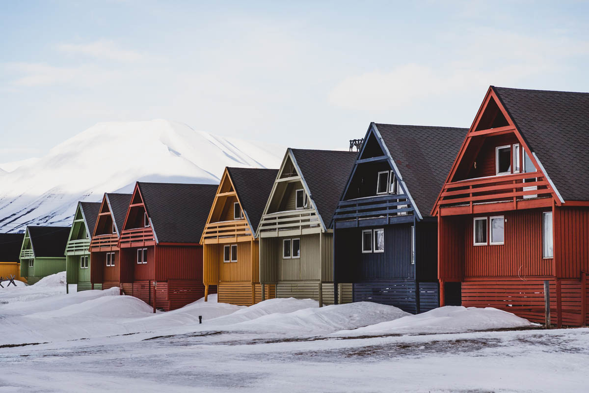 Classic Svalbard houses that bring colour to the landscape © Emilien-Gigandet