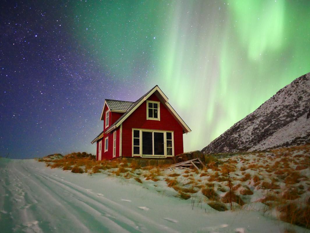 Nordlys over den ensomme hytta innenfor Nyksund © Bianka Reithmeyer