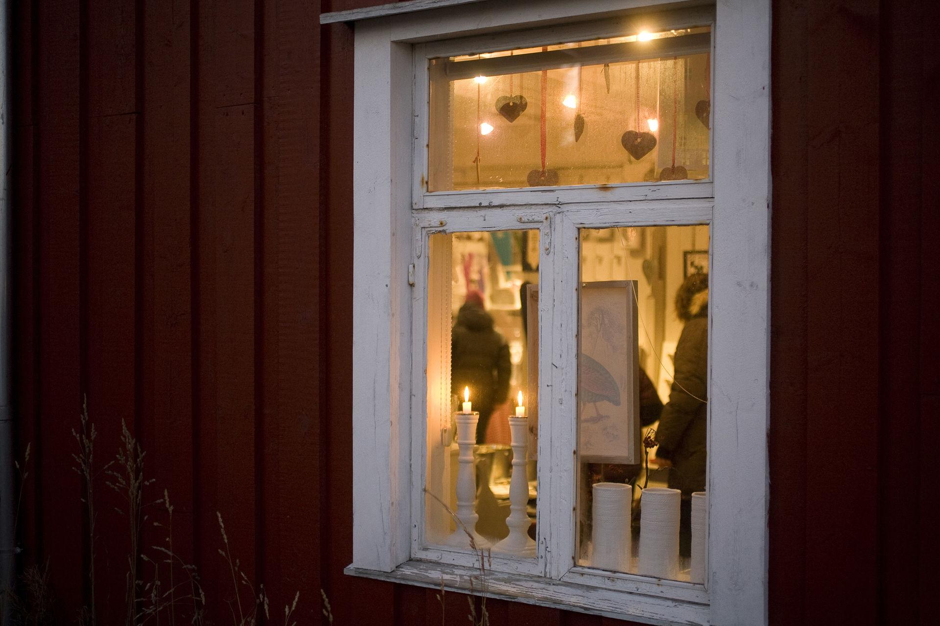 Lysene er tent, velkommen inn (c) Espen Mortensen/esmofoto.no