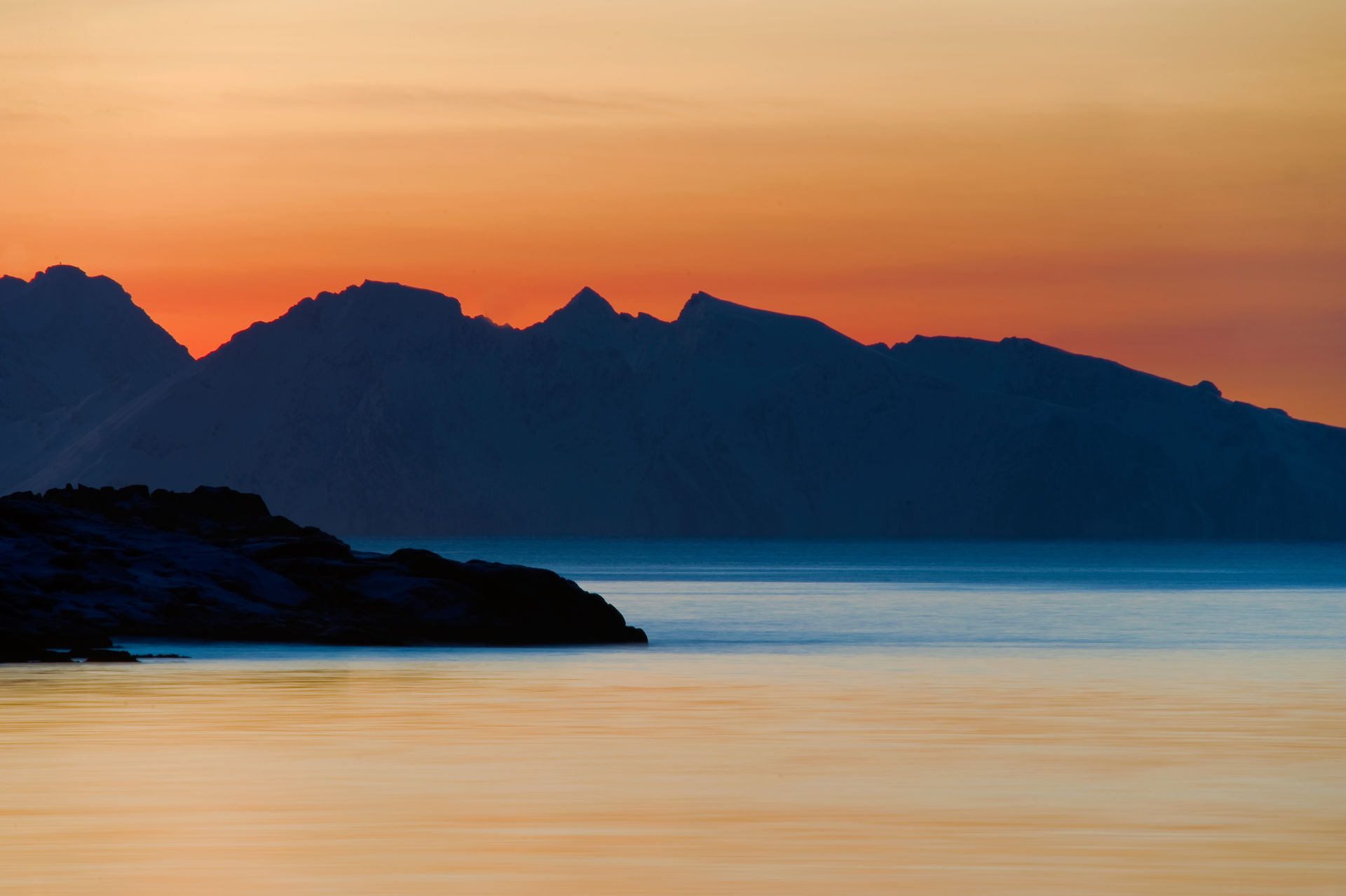 Scenery of Vesterålen under the glow of the midnight sun © Øystein Lunde