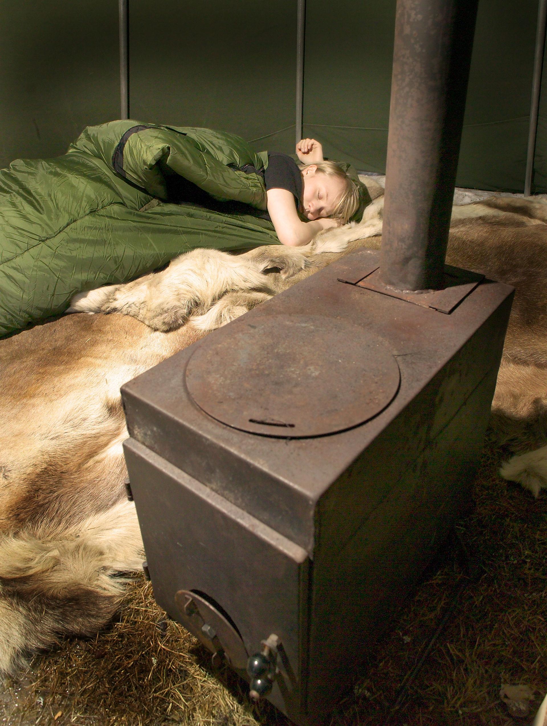 Overnatting i lavvo på Finnmarksvidda, med vedfyring (c) Jørn Tomter