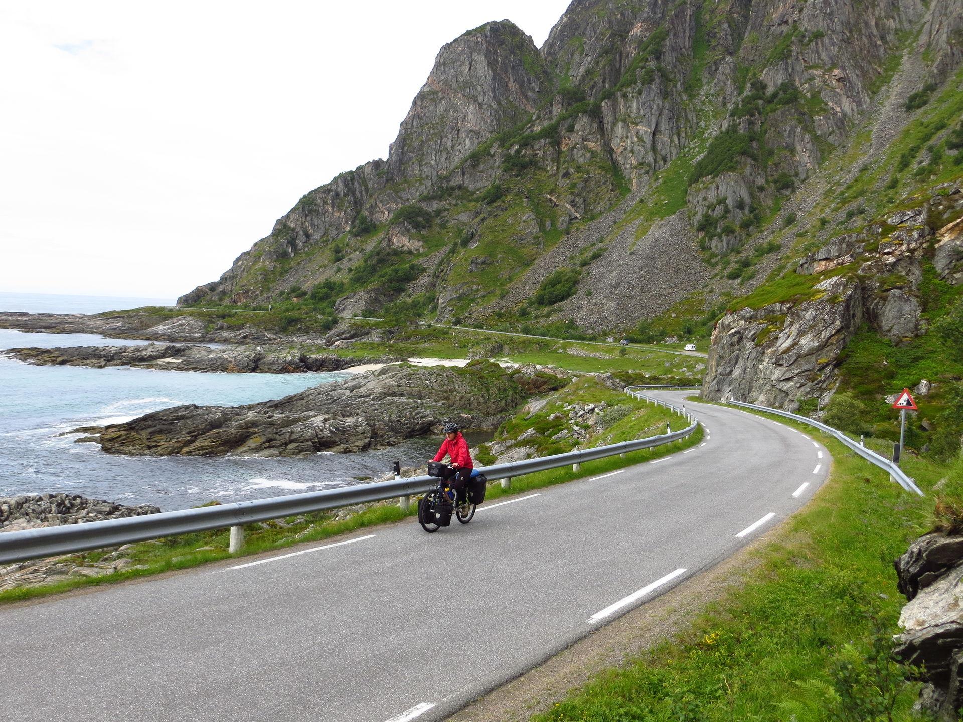 Veiene slynger seg langs ytterkysten av Andøya © Øyvind Wold