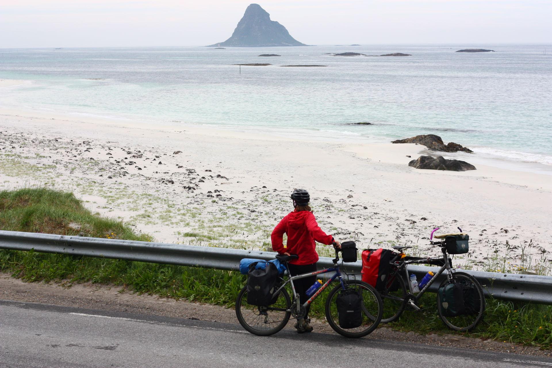 Stopp ved Bleik på Nasjonal turistveg på Andøya. Bleiksøya ligger der ute © Øyvind Wold