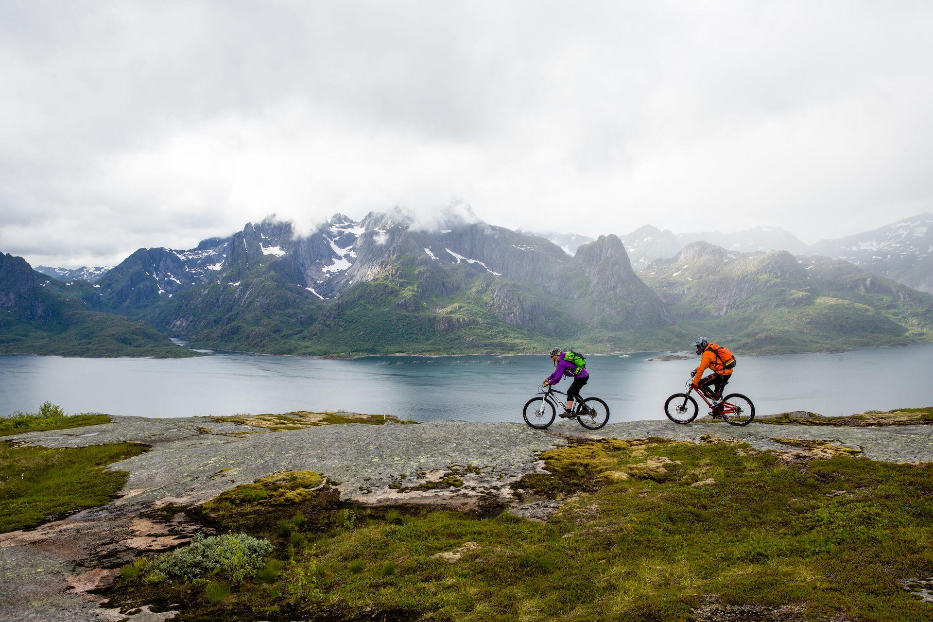 Mountain biking in Lofoten with friends © Kristin Folsland Olsen