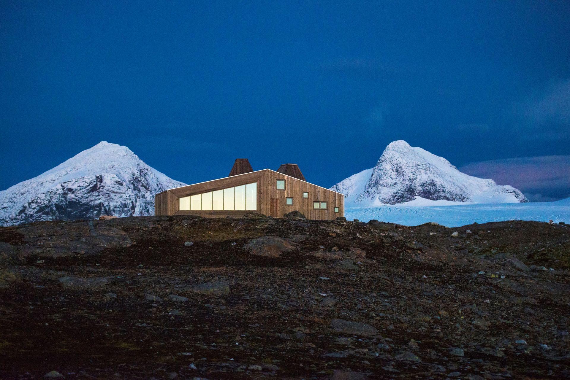 Rabothytta ligger på 1200 meters høyde i Okstindan (c) Svein Arne Brygfjeld