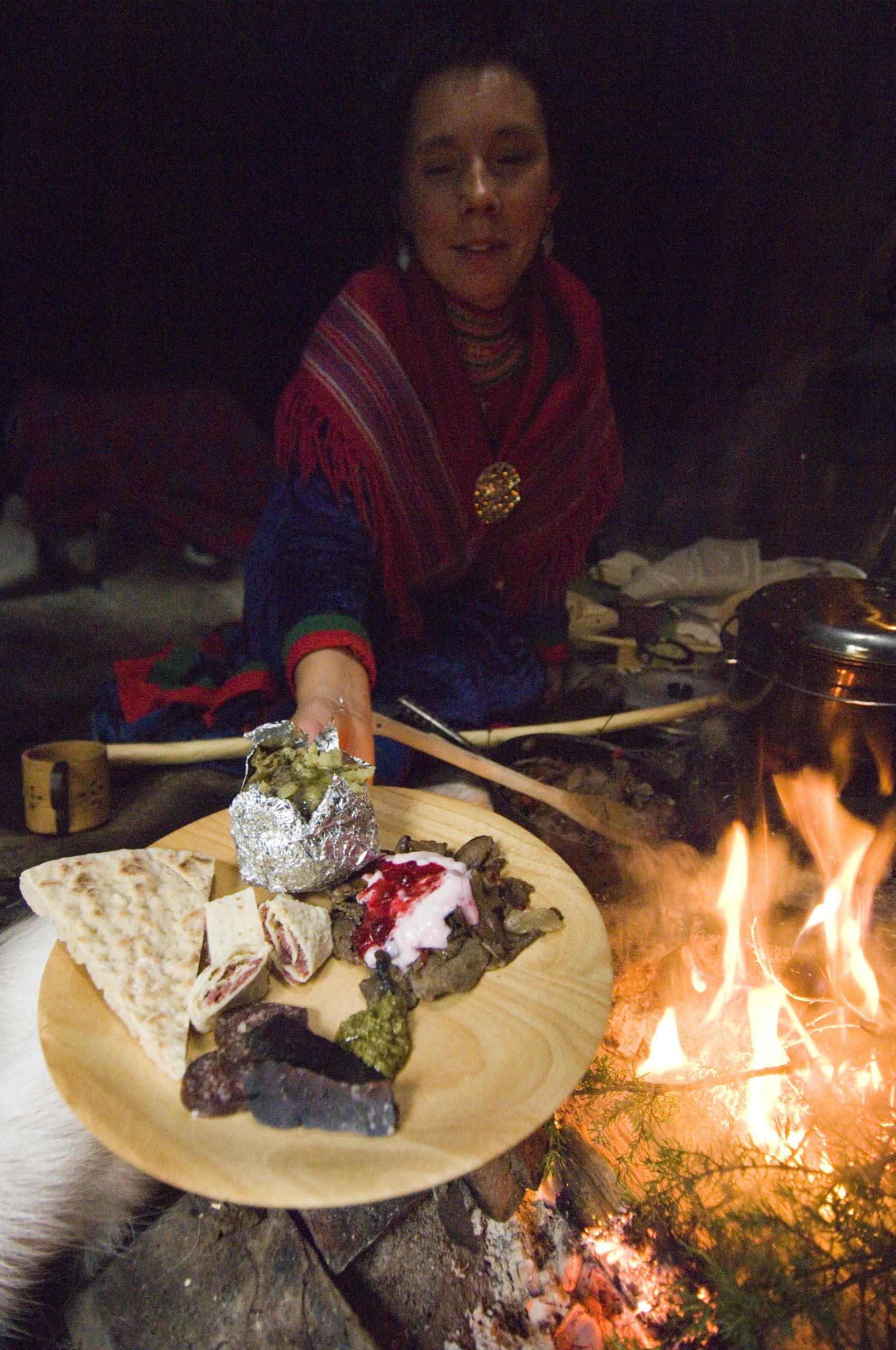 Reinkjøtt og tynnbrød hører med i det samiske kjøkkenet. Her fra Helgeland © Terje Rakke/Nordic Life