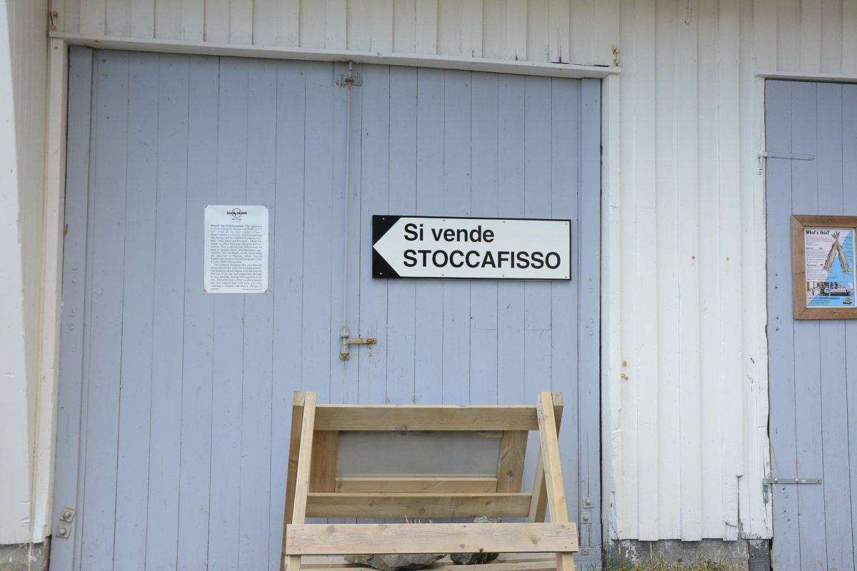 Si vende stoccafisso - Her selges tørrfisk - forteller om de nære forbindelsene til Italia