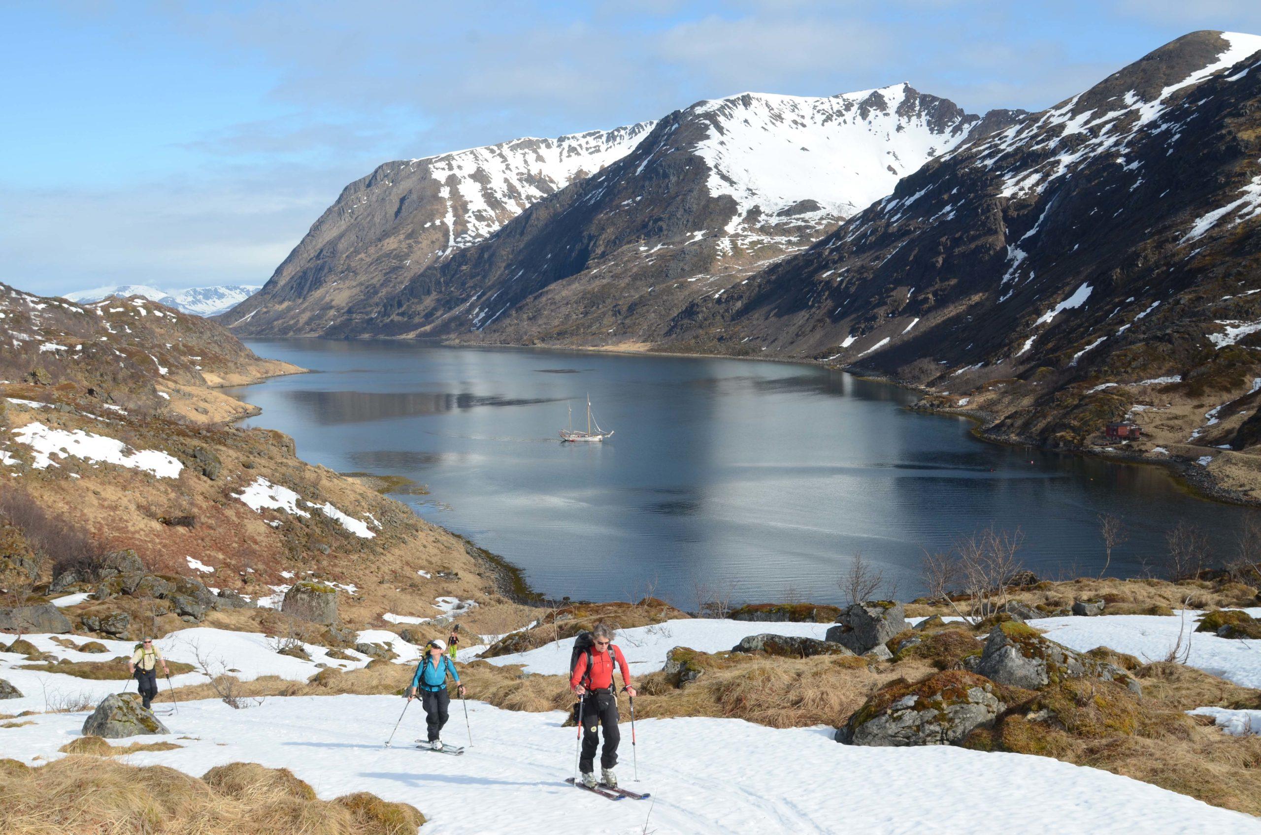 Seilbåt er et populært utgangspunkt for å nå de mindre kjente toppene © Espen Nordahl