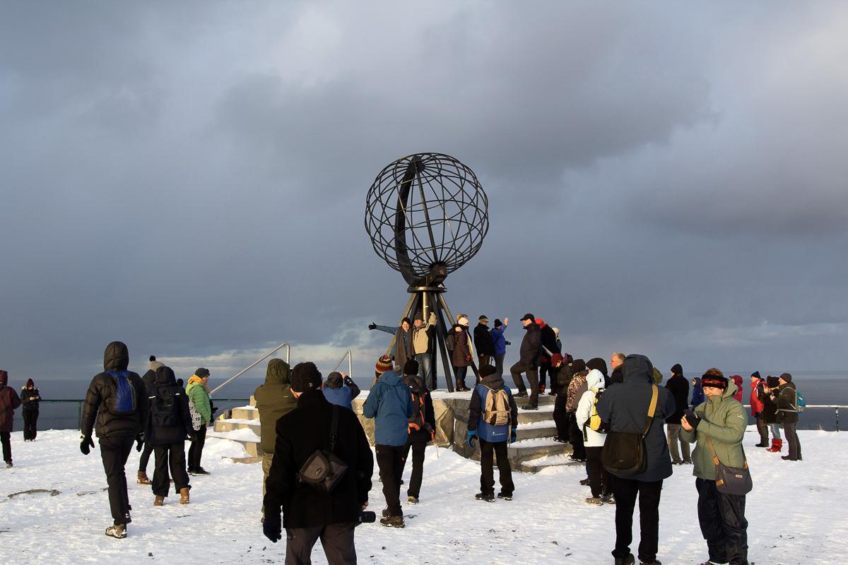 Sjølvi foran globusen hører med © North Cape Tours
