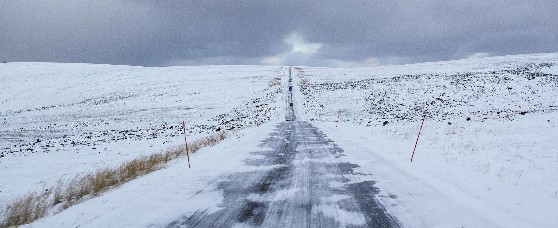 Igjenføket vei, men plogen gjør det trygt å kjøre opp © North Cape Tours