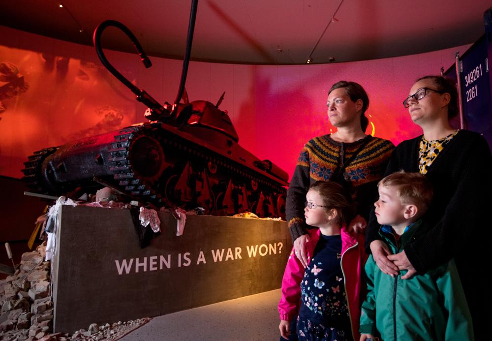 Våpen, tankvogner og annet krigsutstyr er utstilt © Michael Ulriksen