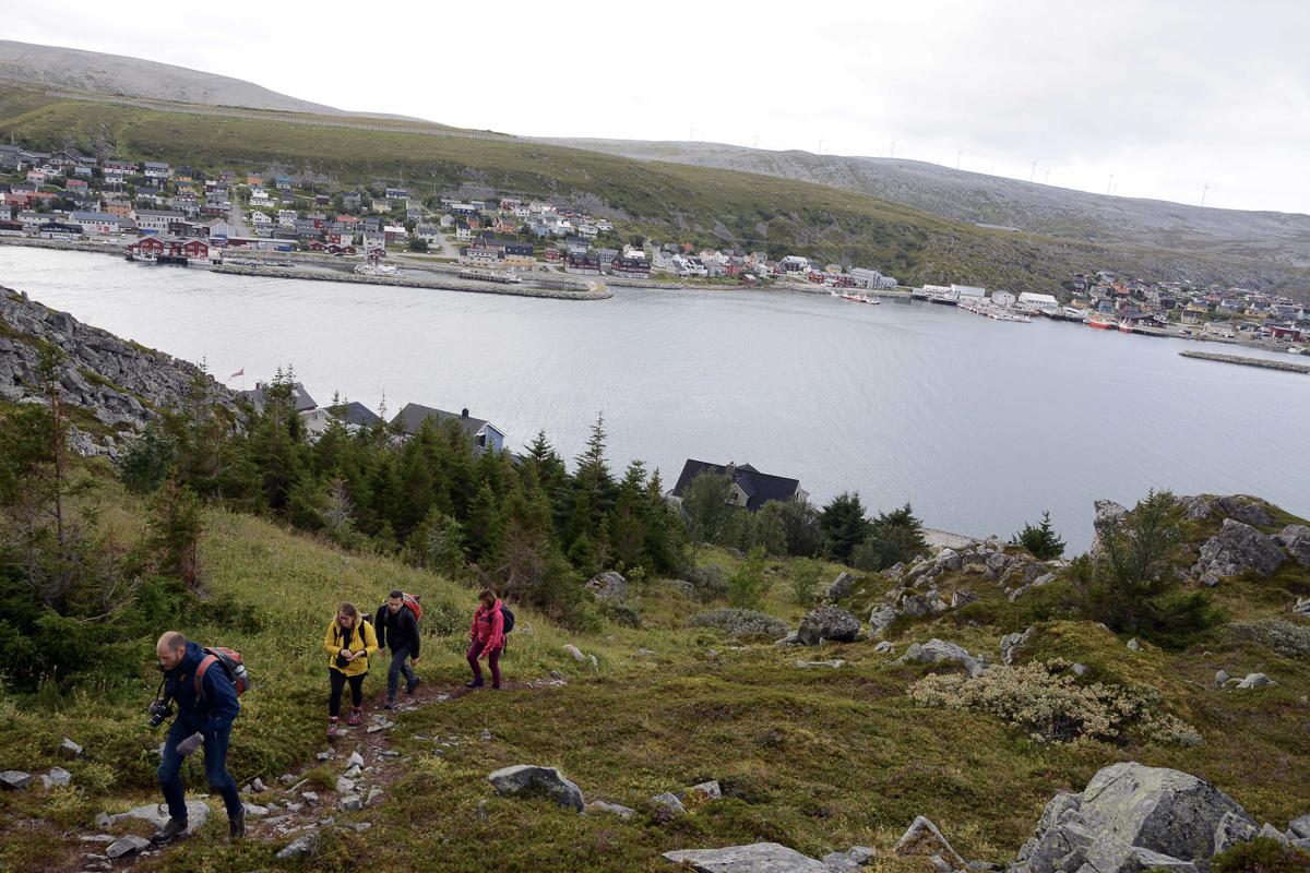 Den bratte bakken opp til pyntesteinen i Kjøllefjord danner starten på turen (c) Knut Hansvold