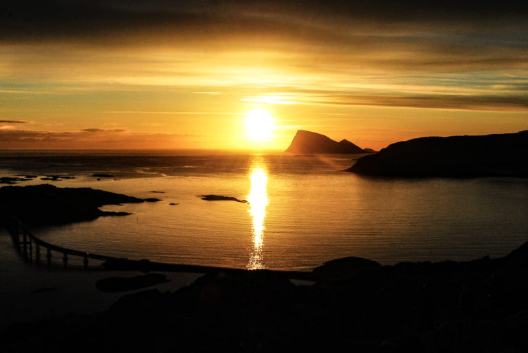 The sun goes down at Torghatten in Brønnøysund © Ronny Lien