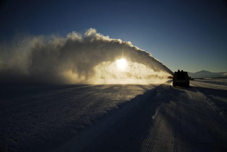 En gigantisk snøplog sørger for at flystripa i snøbyen Tromsø har en imponerende regularitet © Gaute Bruvik