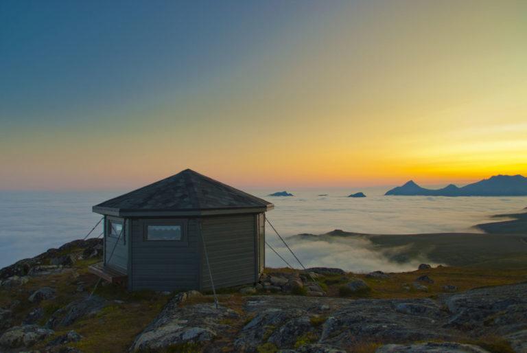 Fra Vetten ser du Vesterålen og Lofoten som et kart. Men plutselig ruller skodda inn, og alt du ser er fjelltoppene og midnattssola  © Øystein Lunde Ingvaldsen