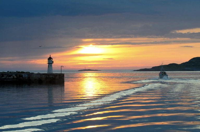 Midnattssol i havna i Vardø © Bjarne Riesto