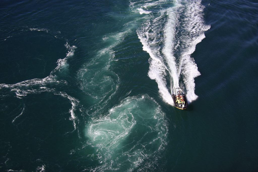 Rib båt på saltstraumen sett ovenifra