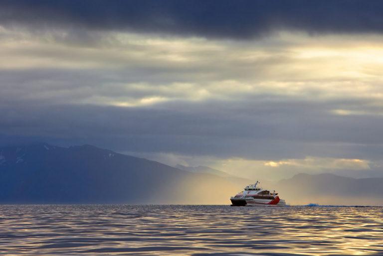 Nordlandsekspressen i vakkert kystlandskap © Anne Olsen-Ryum
