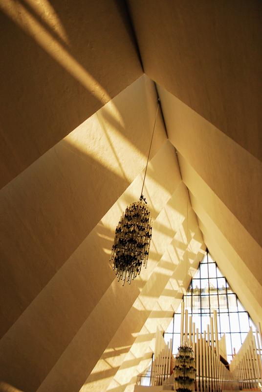 Under midnattssolkonserten i Ishavskatedralen blir det et bokstavelig talt gyllent øyeblikk når sola titter inn gjennom vinduene © Knut Hansvold