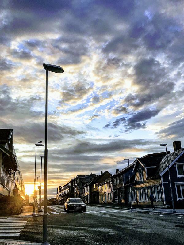 Du skal ikkje sova burt sumarnatta. På vei hjem fra en hyggelig kveld ute kan man bli møtt av sola i totida © Knut Hansvold