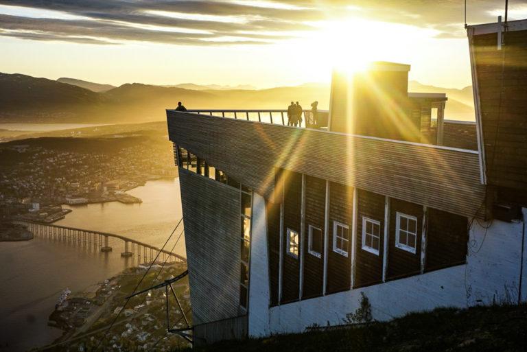 Øvre Stasjon på Fjellheisen med sola rett i nord © Knut Hansvold