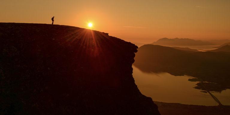 Klatre opp på et fjell og se Vesterålens vannveier © Vesterålen Tours
