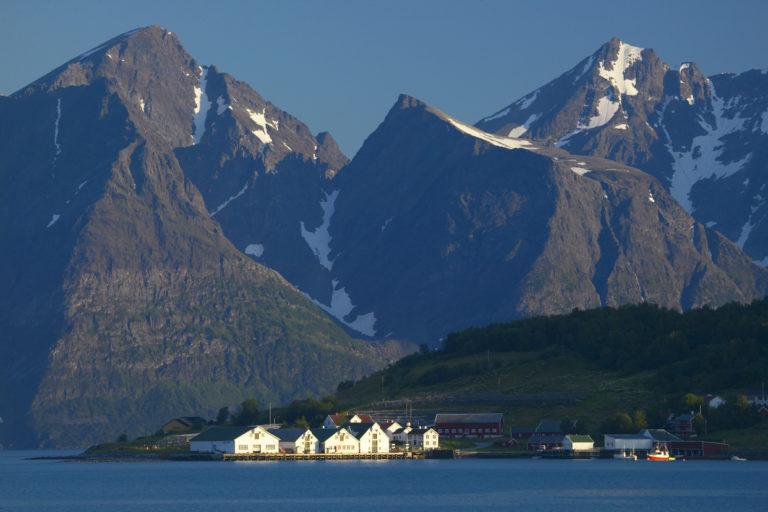Sett fra øst mot vest blir det statelige anlegget lite under Lyngsalpene © Bård Løken