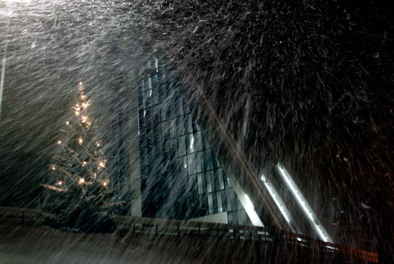 Julekonsert inne, snøvær ute © Yngve Olsen Sæbbe