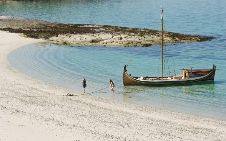 En nordlandsbåt dras i land © Hans Arne Paulsen
