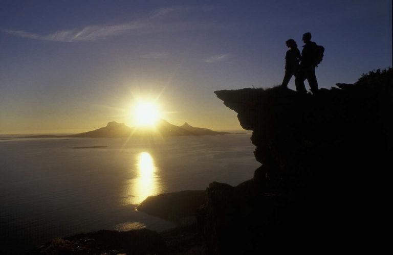På fjellet med utsikt mot Landegode og midnattssola © Ernst Furuhatt