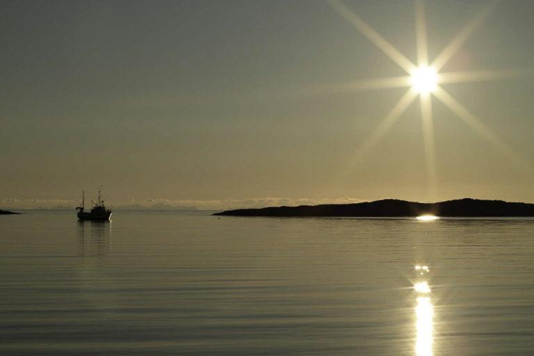 Nattstille rett utenfor Bodø. Ser du Lofoten som små skygger i horisonten? © Benn Henriksen