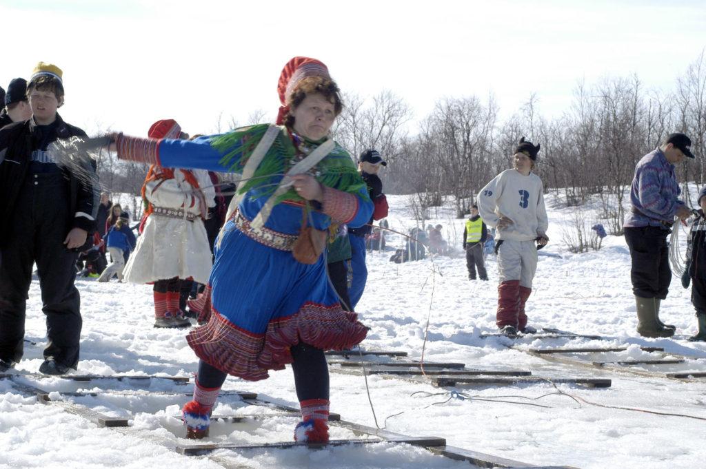 lassokasting på den samiske påskefestivalen i kautokeino