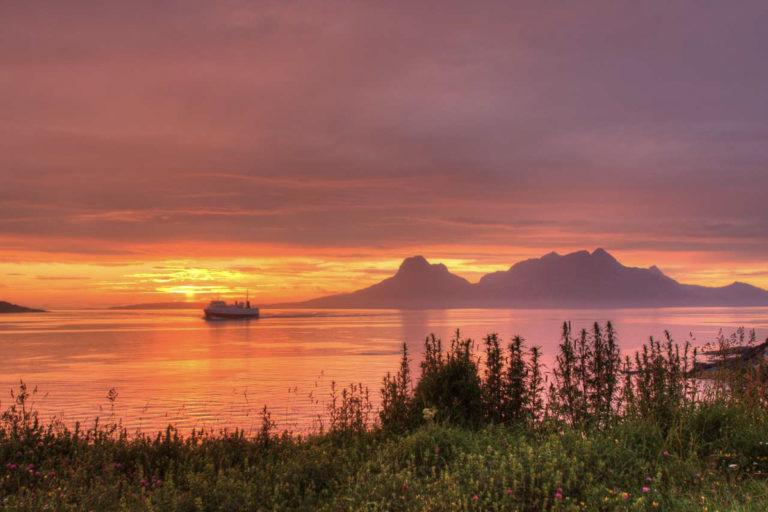 Gjør den storslagne sortien fra Bodø; ta ferga over til Moskenes og se sola midtfjords © Tommy Andreassen