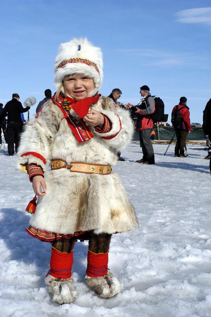 kofte og bukse er tradisjonelle klær til barn samisk
