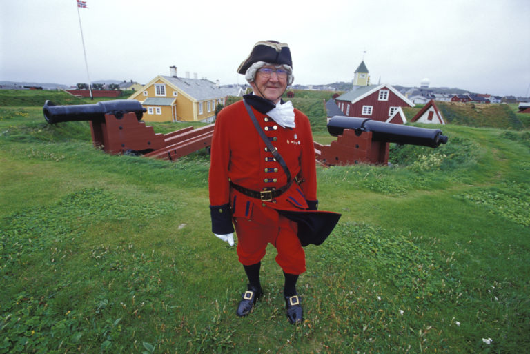 A local guide with some fortress canons © Trym Ivar Bergsmo/NordNorsk Reiseliv