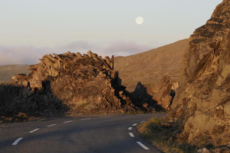 Månen er oppe i midnattslyset på veien til Hamningberg © Jarle Wæhler/Statens Vegvesen