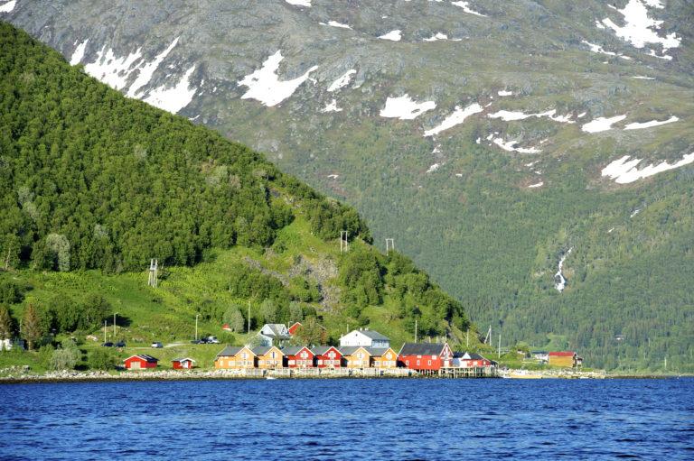 Mer moderne rorbuer ved Tromsø © Yngve Ask