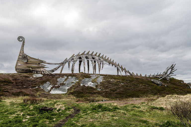Drakkar, stavnen på et vikingskip og kroppen av en dinosaur...tolker vi det som... © Jarle Wæhler/Statens Vegvesen