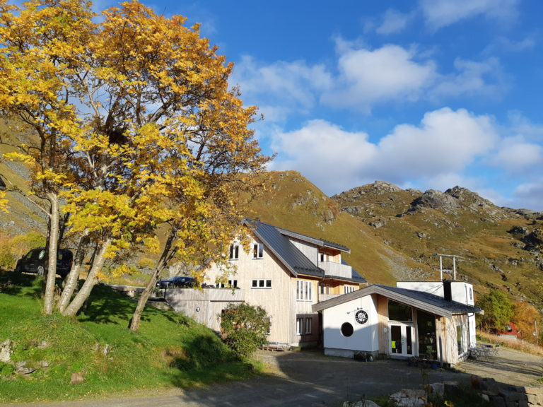Anlegget ligger på Saupstad på Vestvågøya © Lofoten Gårdsysteri