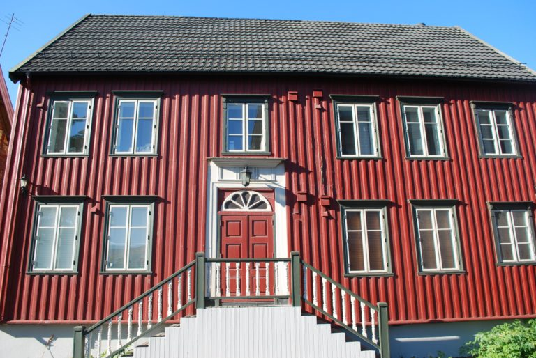 A red merchant's house with vertical panelling denoting Trondheim style architecture © Knut Hansvold