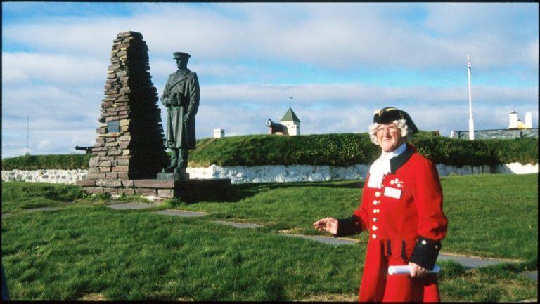 Haakon VII-statuen foran festningen © Trym Ivar Bergsmo/NordNorsk Reiseliv