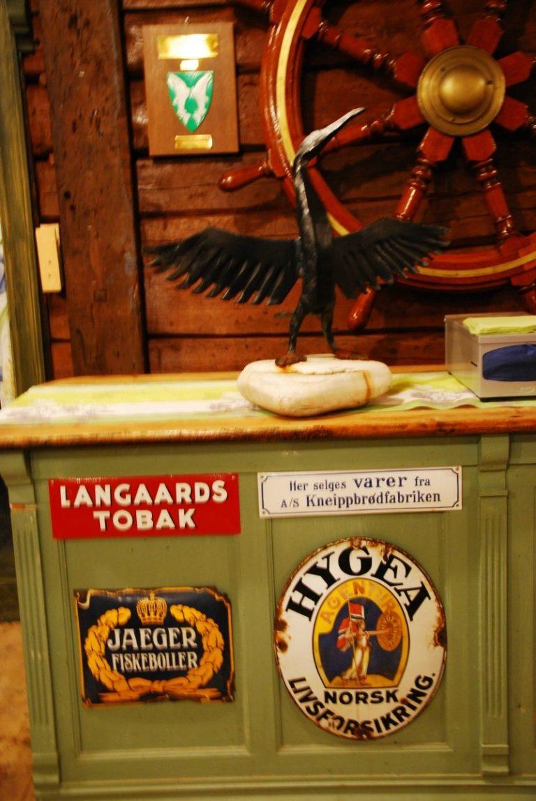 Butikken har helt alminnelige ting til salgs, men rammen er lite strømlinjeformet © Knut Hansvold